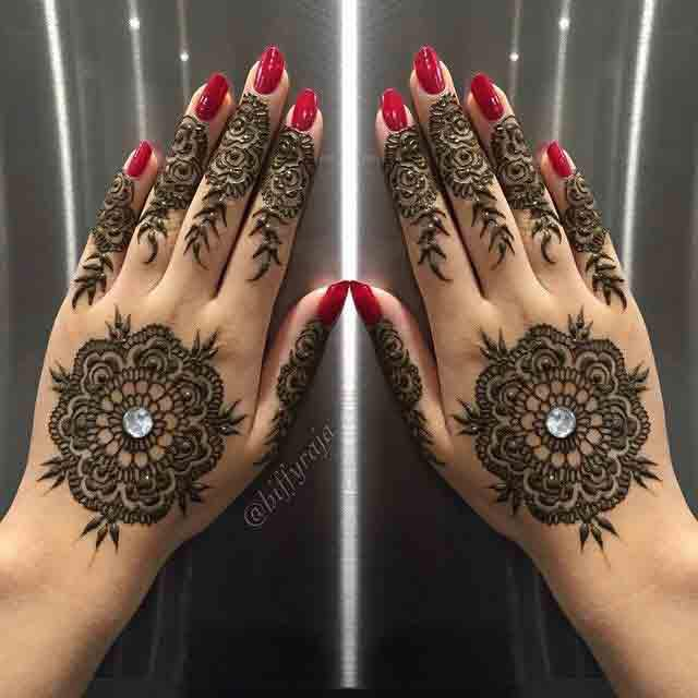 Best pearls adorned gol tikki mehndi designs for engagement