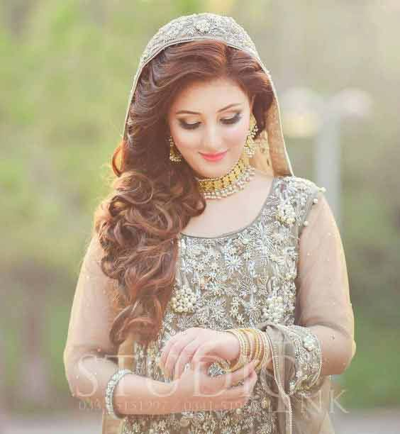 Side loose curls with dupatta hairstyles for Pakistani brides