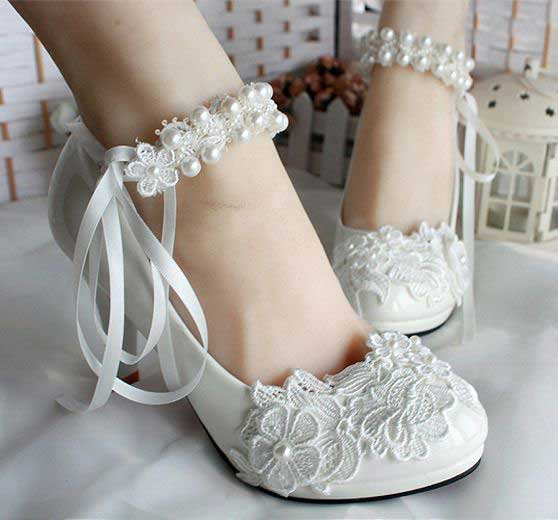 Beautiful white bridal flats for Pakistani engagement brides