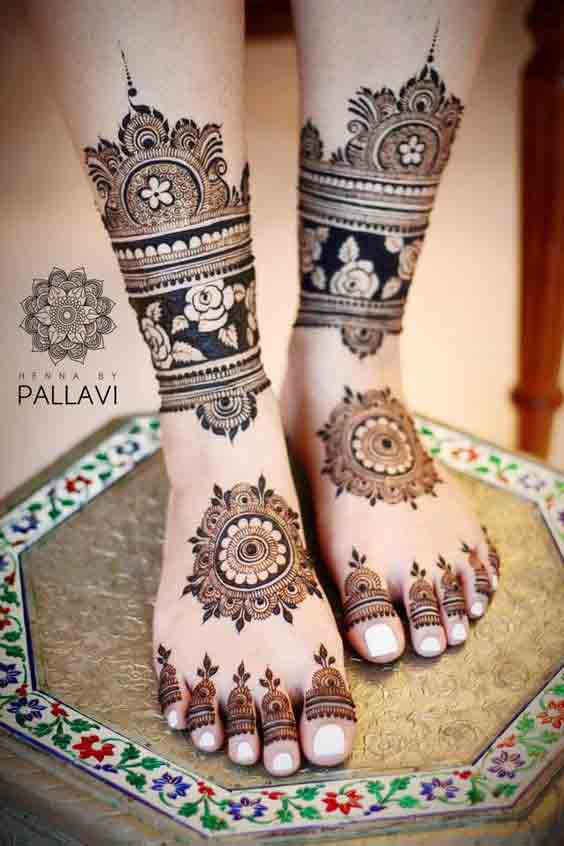 Gol tikki mehndi design for feet for bridals