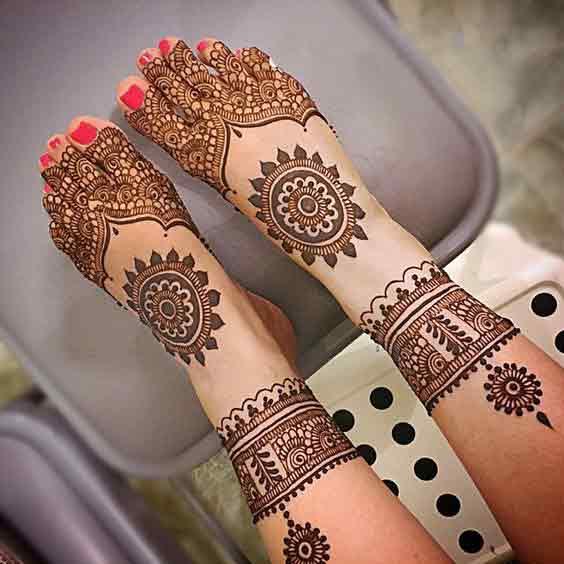 Gol tikki mehndi design for bridal foot